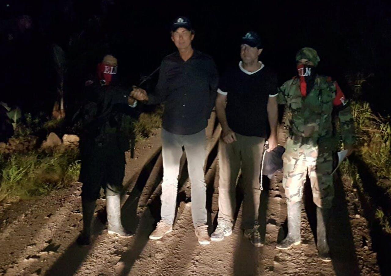 Een foto vrijgegeven door het persbureau van de Colombiaanse Ombudsman met daarop Derk Bolt (tweede van links) en Eugenio Follender na hun vrijlating door ELN. Foto ANP