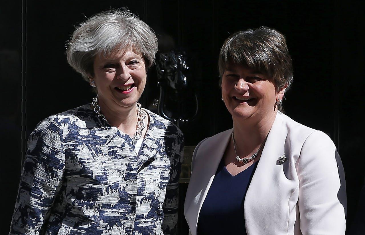 Theresa May met DUP-leider Arlene Foster. Foto AFP