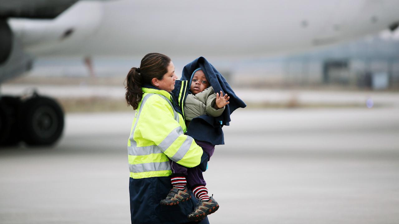 In 2010 kwamen met één vlucht meer dan 100 weeskinderen aan, om hier te worden opgenomen in een pleeggezin. Het grote aantal kwam door een versnelde adoptieprocedure, die was ingesteld omdat de kinderen een zware aardbeving hadden moeten doorstaan. (Foto: Werry Crone. Hollandse Hoogte)