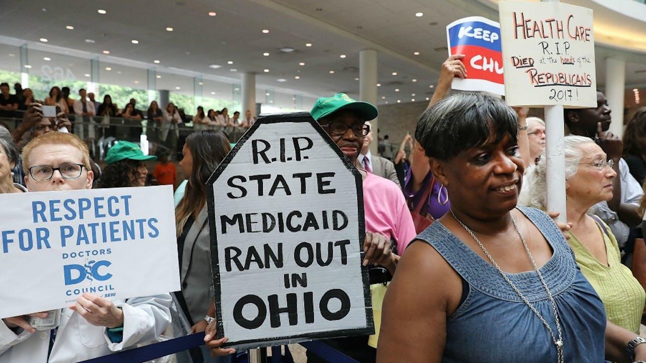 Amerikaans medisch personeel protesteert tegen de geplande nieuwe zorgwet die Obamacare moet ontmantelen. Foto ANP
