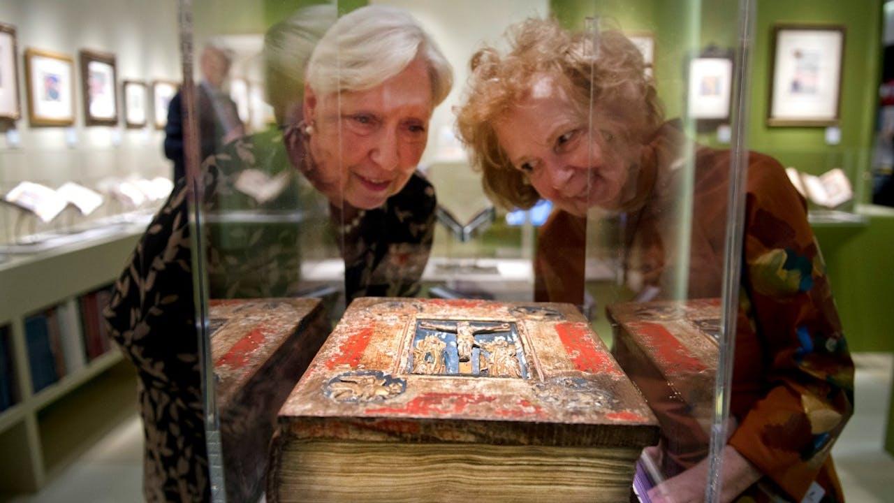 Een bijzondere historische uitgave van een bijbel op kunstbeurs Tefaf. Foto ANP