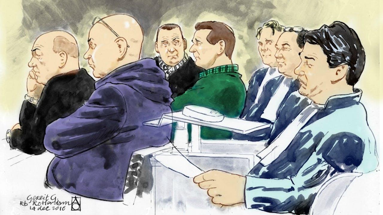 V.l.n.r.: René F., Gerrit G., Dennis van den B. en André van den H., advocaat S. Schuurman, mr. L. de Leon en Jan-Hein Kuijpers tijdens de rechtzaak tegen de van corruptie verdachte douanier Gerrit G. Foto ANP