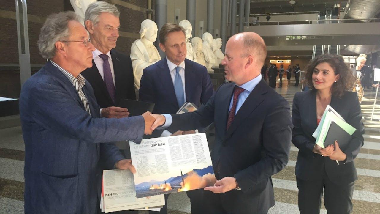 Peter Buijs van de Baliegroep deed vandaag een beroep op de Tweede Kamer om een wereldwijd verbod op kernwapens te steunen. Met Martin van Rooijen (50plus), Han ten Broeke (VVD), Raymond Knops (CDA), Sadet Karabulut (SP). Foto BNR / Jaap Jansen