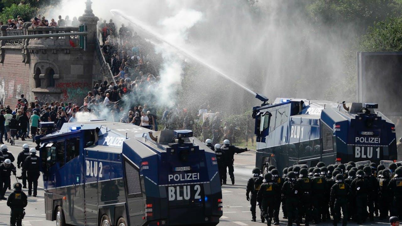 De politie gebruikte waterkanonnen om de demonstranten uit elkaar te drijven. Foto: HH/Matthias Schrader
