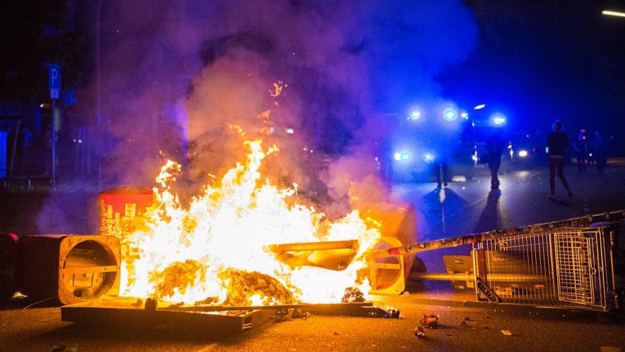 Een brandende barricade in Hamburg. Foto: HH/Daniel Bockwoldt