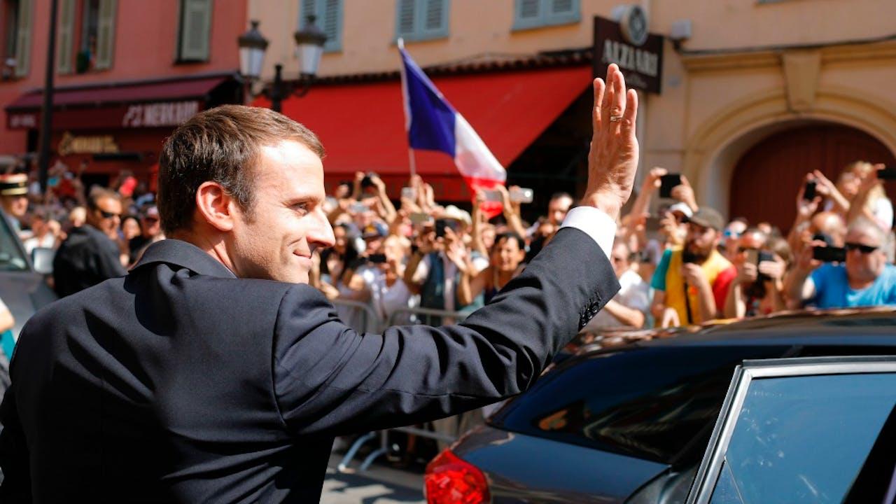 De Franse president Emmanuel Macron zwaait naar publiek in Nice. Foto ANP