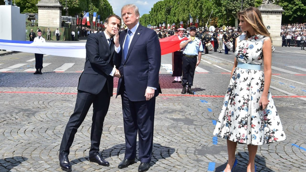 Macron en Trump, diens vrouw Melania ernaast, in Parijs. Foto ANP