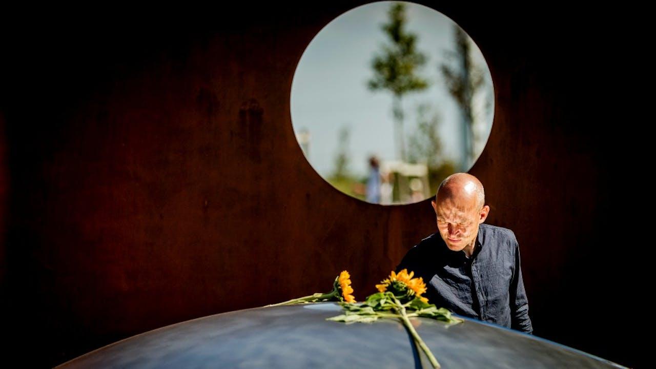 Een nabestaande van de vliegramp MH17 bij het monument, ontworpen door Ronald Westerhuis. Foto ANP
