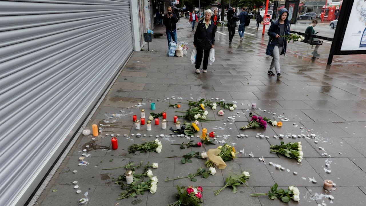 Een gedenkteken bij de supermarkt waar een man in Hamburg vrijdagavond een persoon doodstak en zes anderen ernstig verwondde. Foto ANP