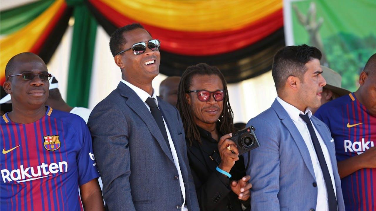 Kluivert en Davids op de bijeenkomst met Mugabe. Foto: ANP/EPA