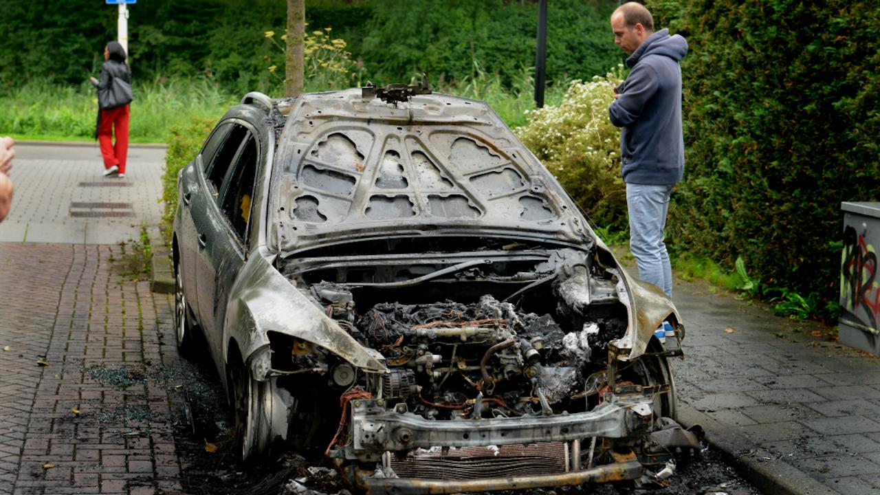 Een van de uitgebrande auto's. Foto: HH/William Hoogteyling