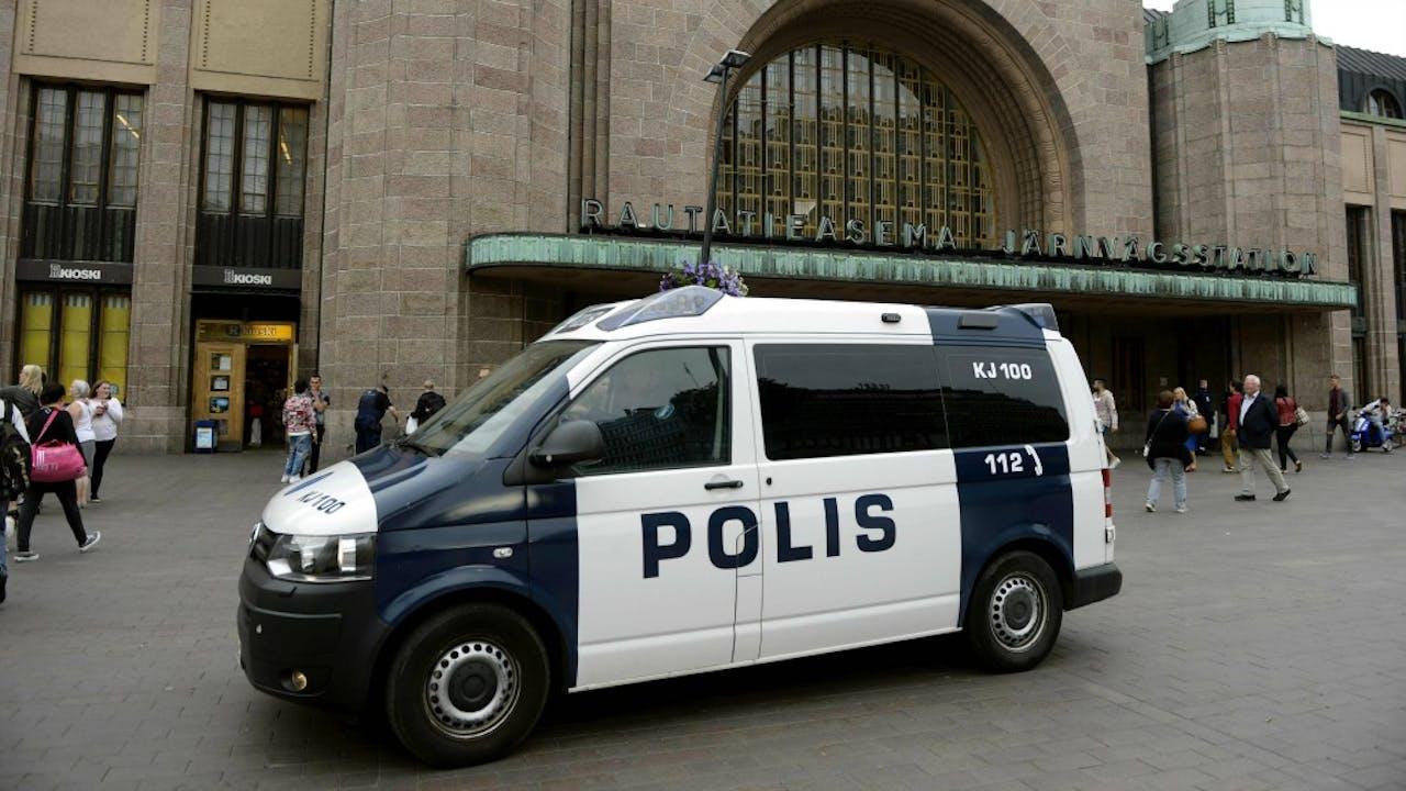 De Finse politie patrouilleert bij het centraal station van Helsinki. Foto: ANP/AFP