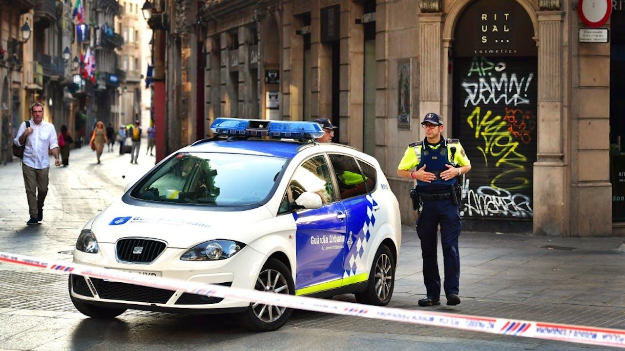 Een politieagent bij een afzetting na de aanslag in Barcelona. Foto: ANP