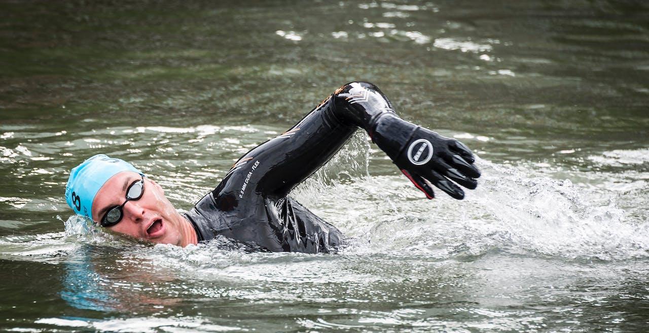 Van der Weijden tijdens zijn zwemtocht van tachtig kilometer van Amsterdam naar Rotterdam. Foto: ANP.