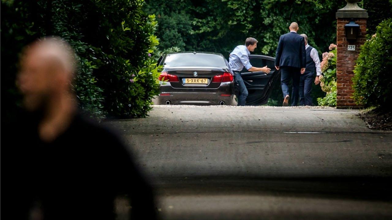 Premier Rutte stapt uit bij landgoed De Zwaluwenberg. Foto: Bart Maat, ANP