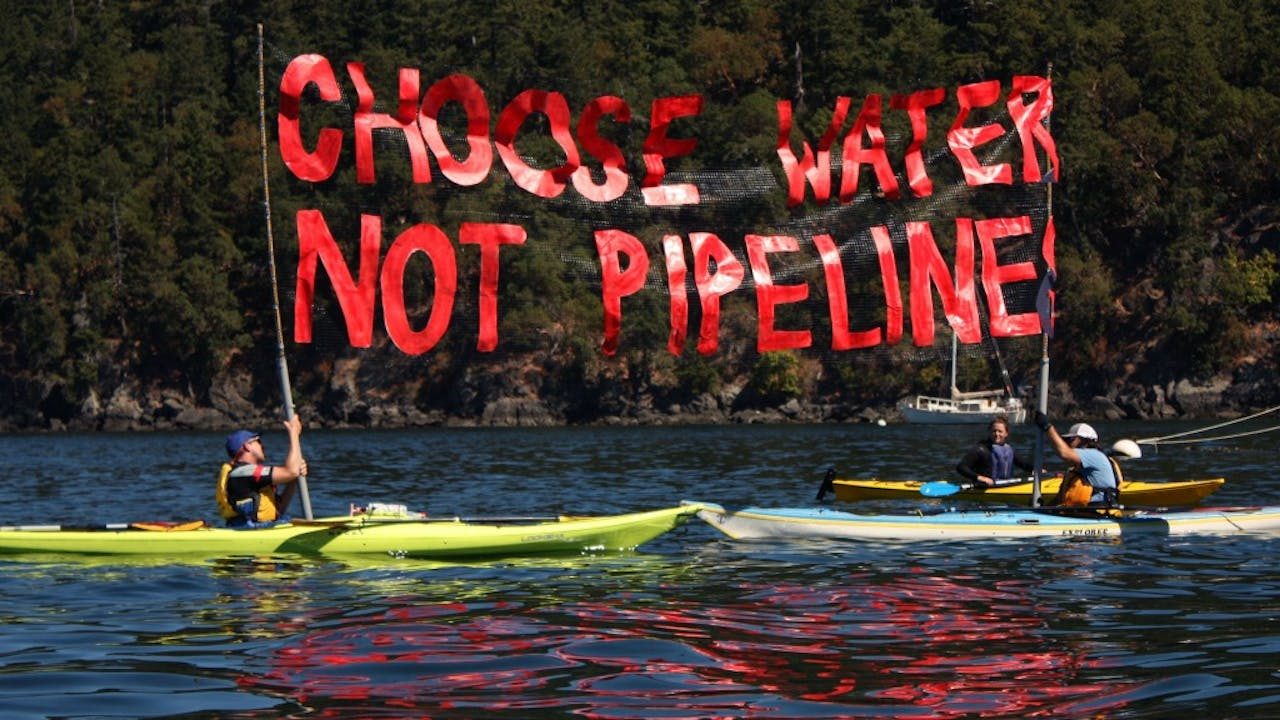 Activisten van Greenpeace demonstreren tegen de Dakota Access Pipeline. Foto ANP