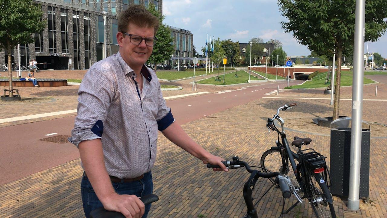 Sjors van Duren langs bij de snelfietsroute tussen Arnhem en Nijmegen. Foto BNR