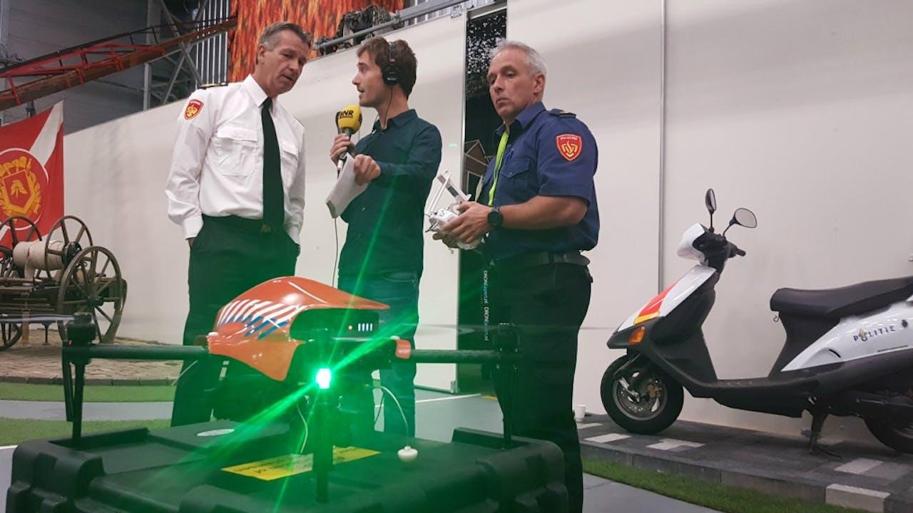 Verslaggever Hugo Reitsma in gesprek met Brandweer Nederland over de brandweerdrones. Foto BNR