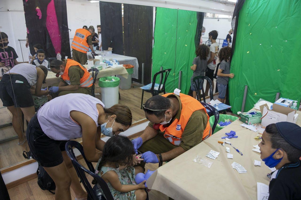 Kinderen in Israël worden op antistoffen getest.