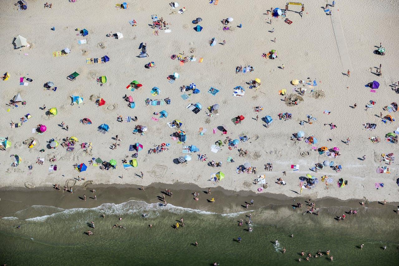 Luchtfoto van badgasten op het strand in Scheveningen (2018).