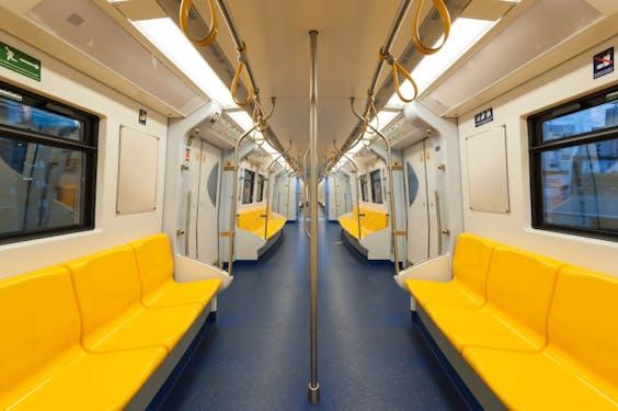 Door de coronacrisis reizen veel minder mensen met het openbaar vervoer.