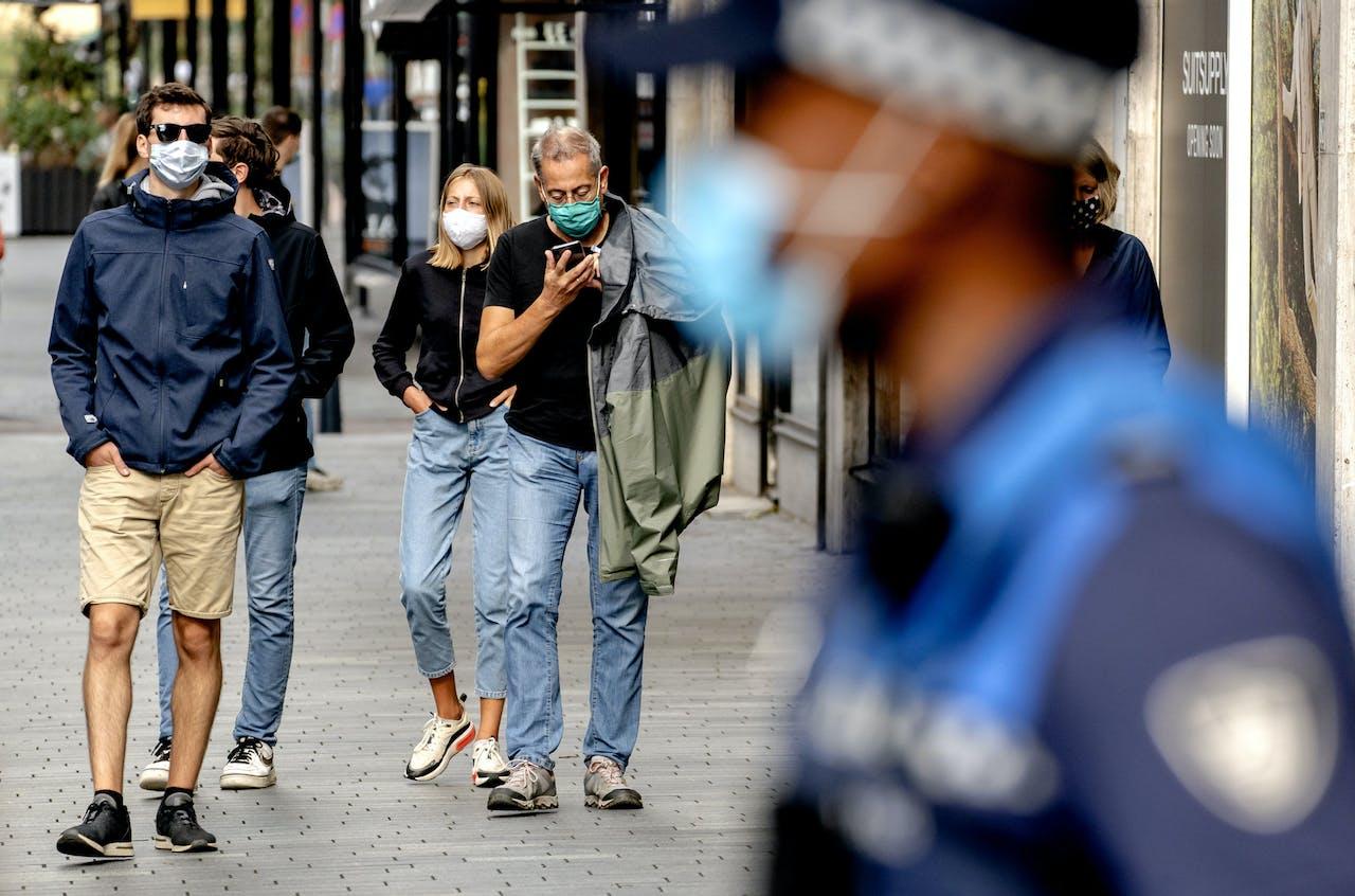 Handhavers in het centrum van Rotterdam. De gemeente Rotterdam gaat, net als in Amsterdam, het verplicht dragen van een mondkapje in grote delen van de stad handhaven.