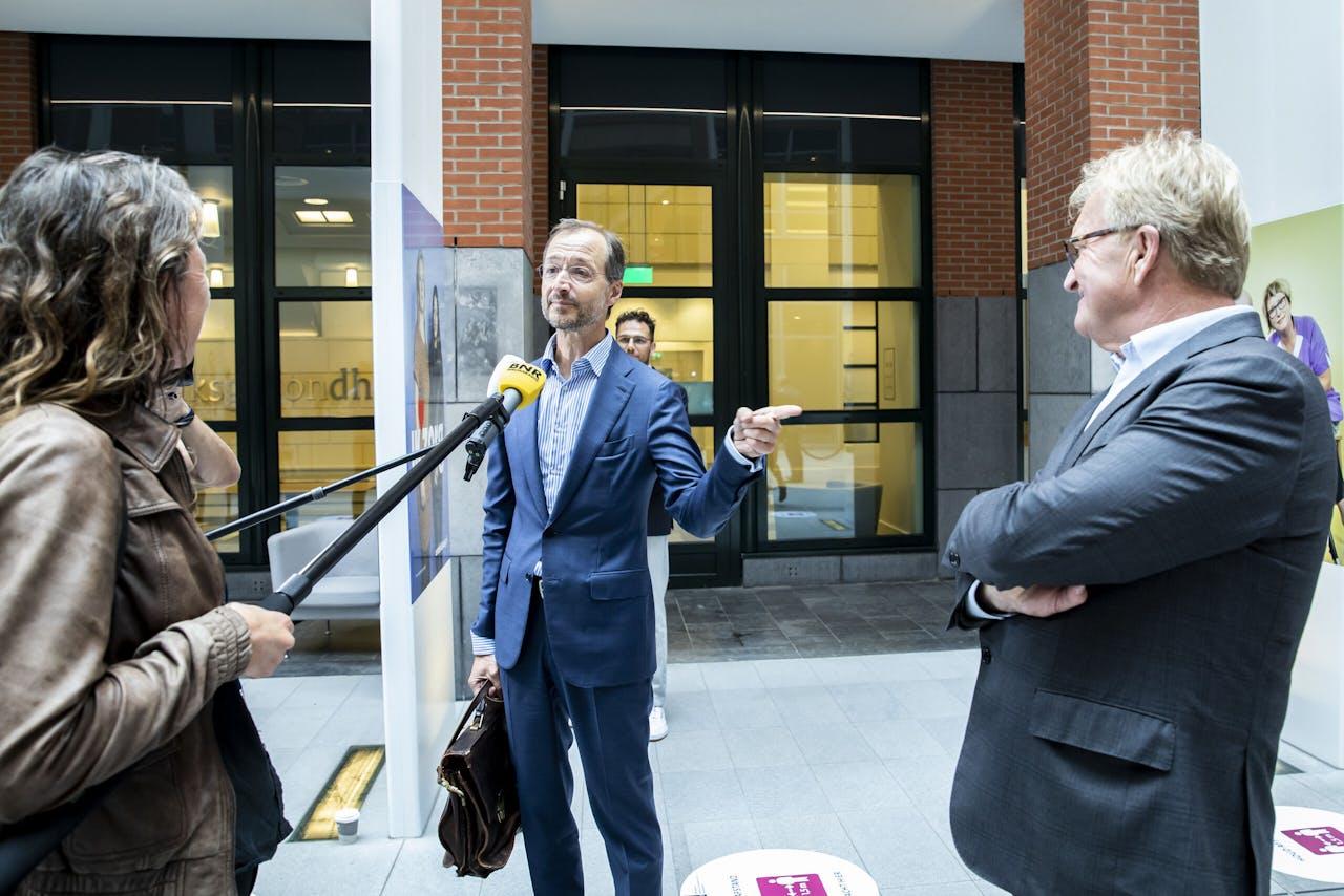 Minister Eric Wiebes staan de pers ter woor