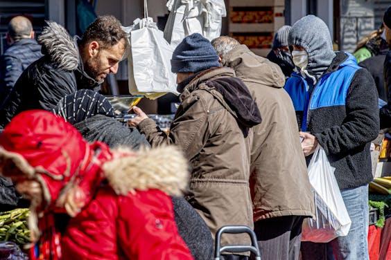 Een bomvolle Haagse markt