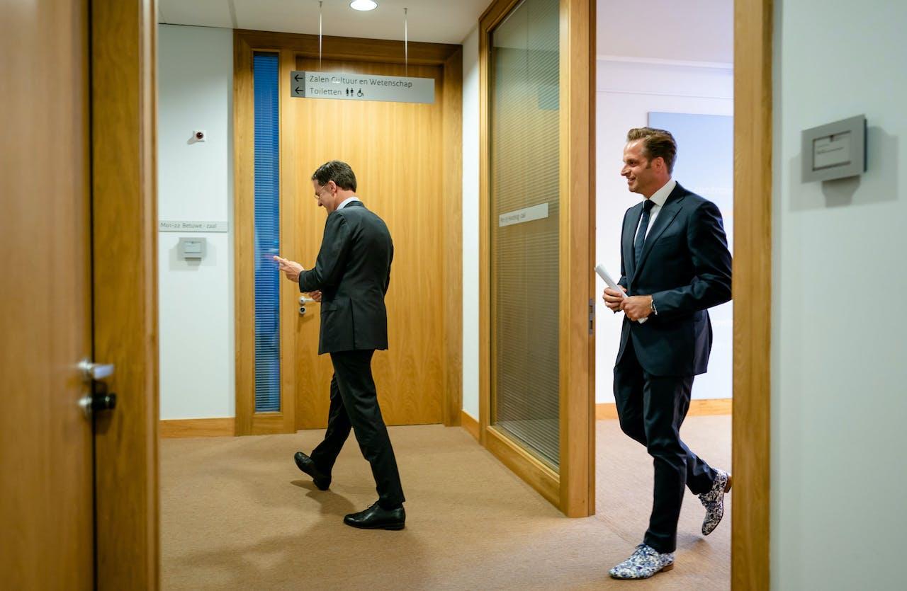 Premier Mark Rutte en Minister Hugo de Jonge van Volksgezondheid, Welzijn en Sport (CDA) na afloop van de persconferentie.