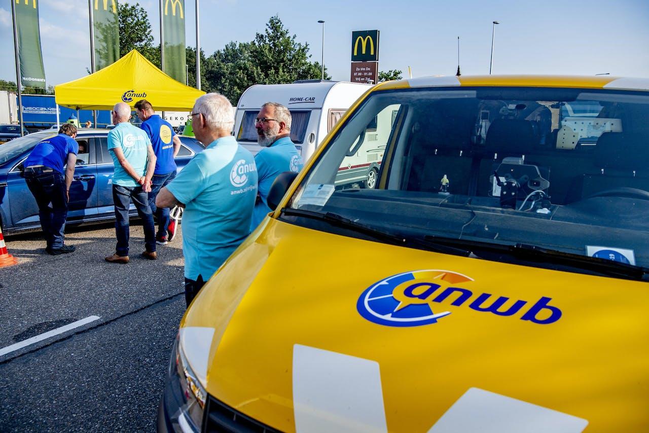 Een auto wordt gecontroleerd tijdens een vakantiecheck door de ANWB op verzorgingsplaats Hazeldonk bij de Nederlands-Belgische grens.