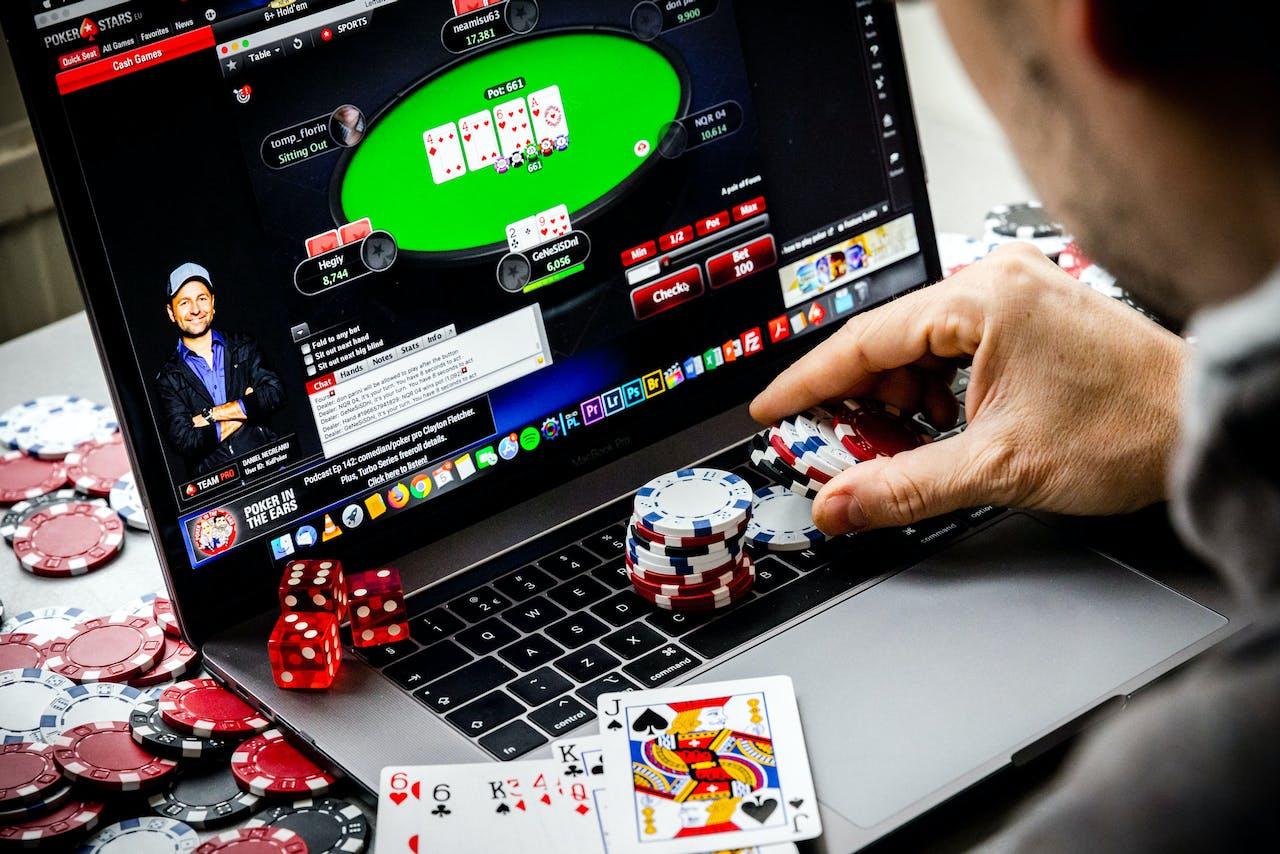Een laptop met een online pokerspel.