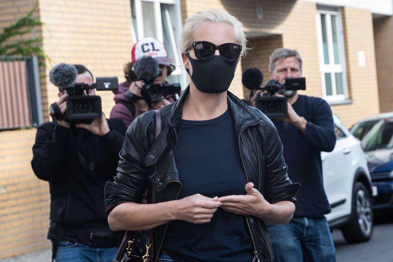Yulia Navalny arriveert bij het ziekenhuis waar haar man l