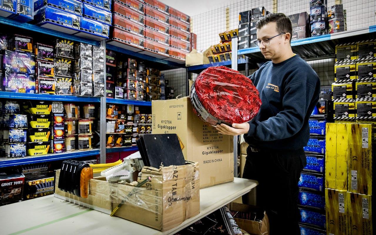 Een Chinese rol in een vuurwerkhandel in Rijswijk. Drie dagen voor de jaarwisseling mag het vuurwerk verkocht worden. Chinese rollen en single shots zijn vanaf volgend jaar verboden.