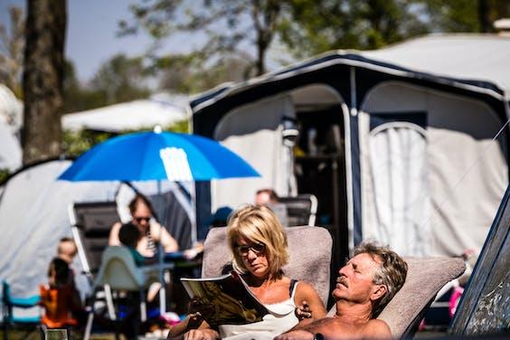 Campingbezoekers in de zon
