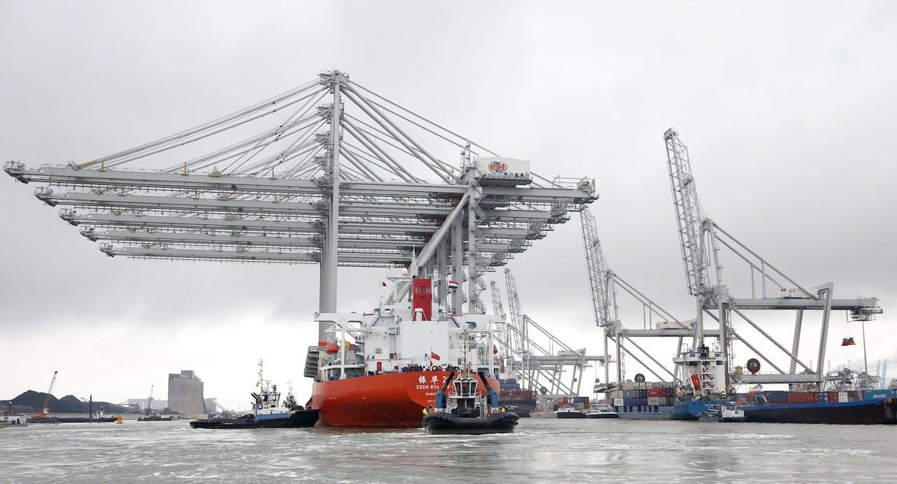 Vijf enorme kadekranen komen aan bij de Amazonehaven van Rotterdam.