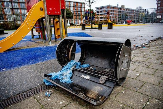 Een door vuurwerk opgeblazen prullenbak in Amsterdam