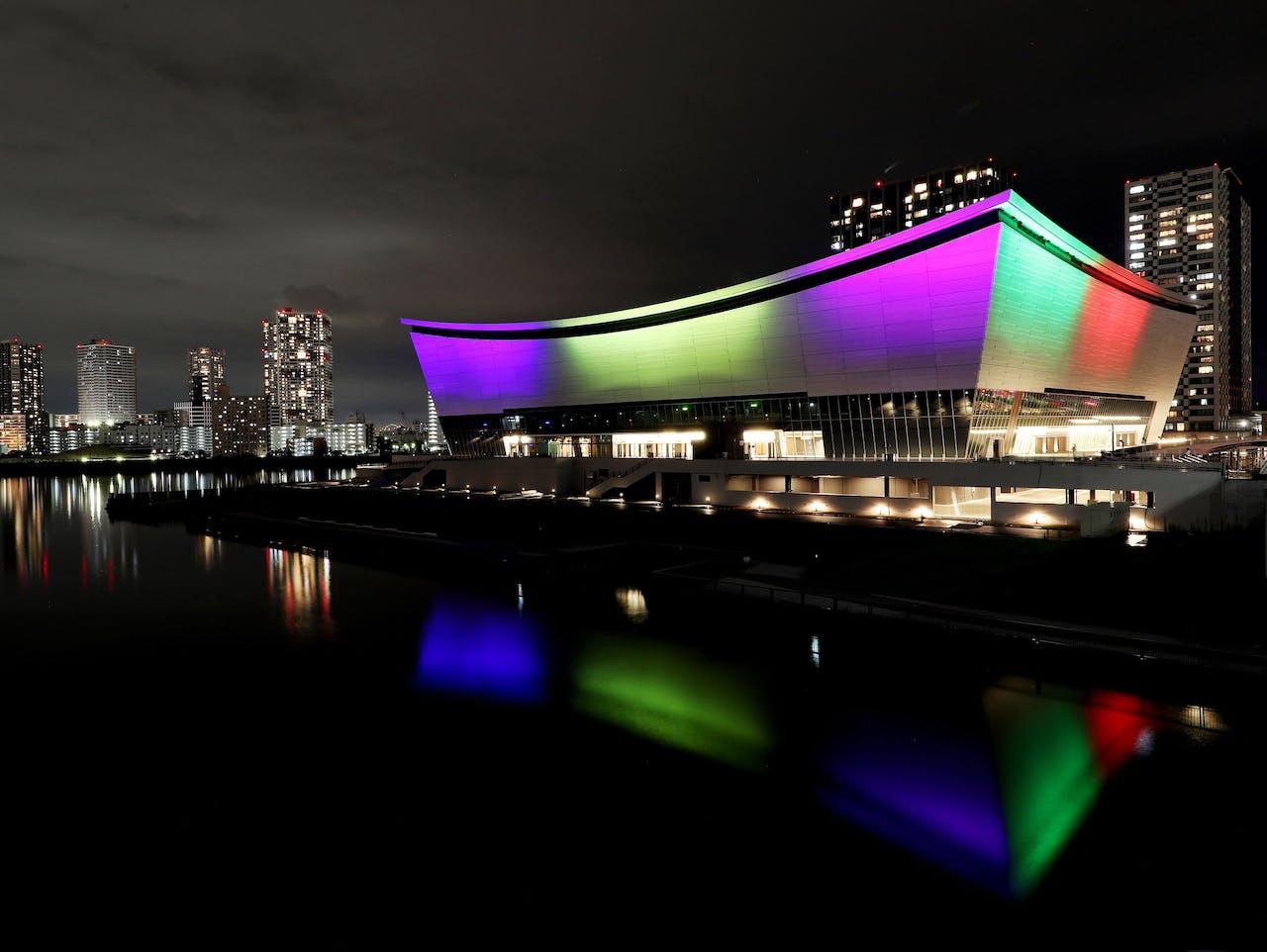 De Ariake Arena, gedecoreerd met de olympische kleuren