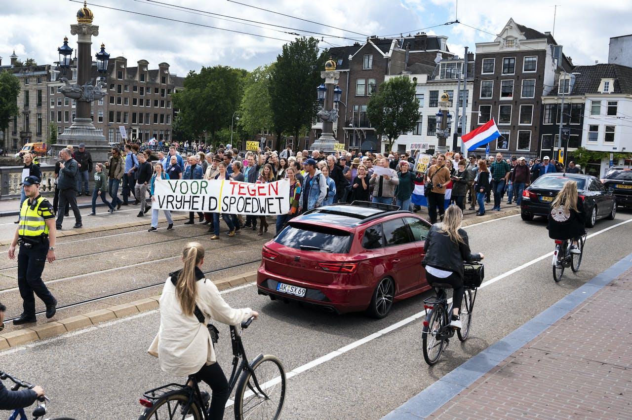 AMSTERDAM - Deelnemers aan een Vrijheidsmars protesteren tegen de vrijheid beperkende maatregelen die de overheid vanwege het coronavirus heeft ingesteld. Zij vinden dat de coronamaatregelen meer schade aanrichten dan goed doen. ANP EVERT ELZINGA