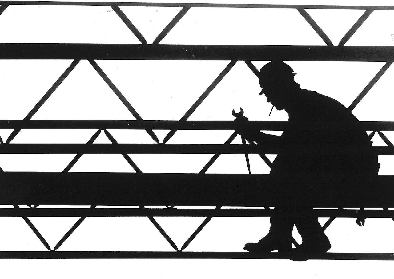 Metaalarbeider aan het werk bij de constructie van een kantoorgebouw