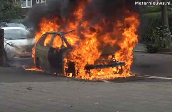De ID.3 die in brand vloog in Groningen brandde volledig uit. Dat is te zien op beelden die Meternieuws.nl op YouTube heeft gezet.