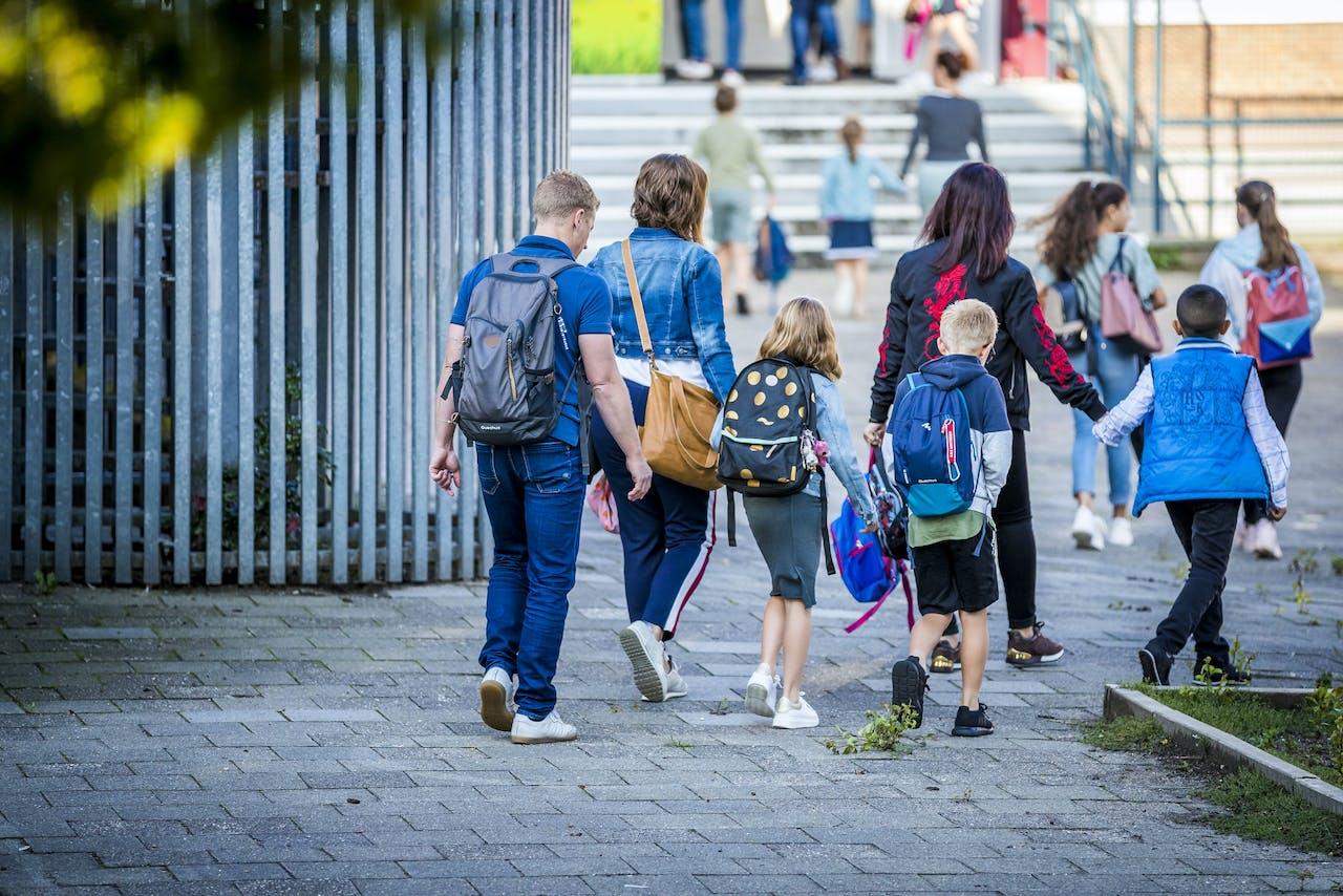 Ouders brengen hun kinderen naar school