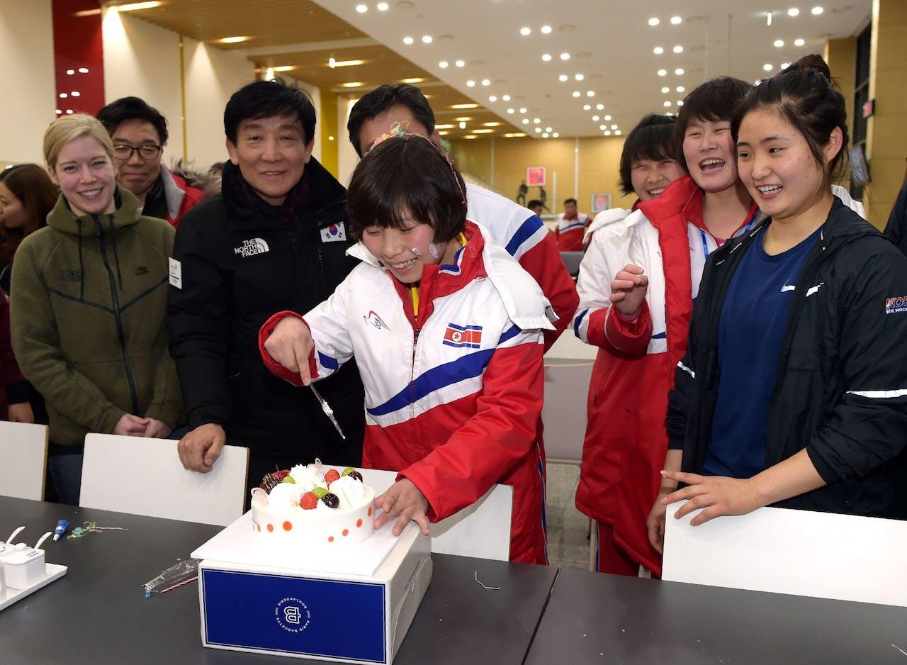 Noord- en Zuid-Koreaanse ijshockeyers vieren de verjaardag van een Noord-Koreaanse teamgenoot