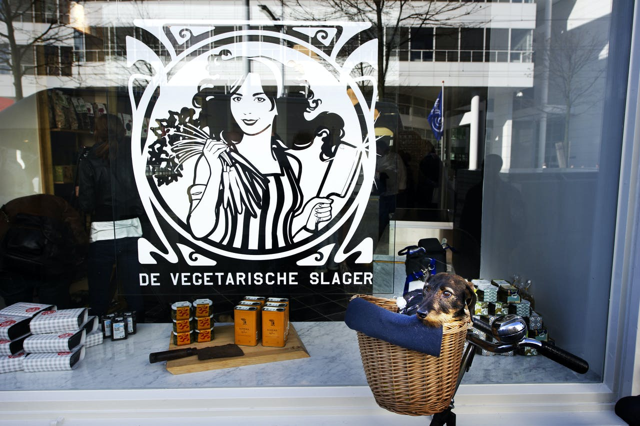 De Vegetarische Slager ontwikkelt vleesvervangers van onder andere van soja en van Nederlandse biologisch geteelde lupine.