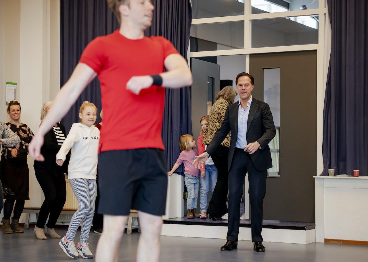 Premier Rutte is korte tijd solidair met leerlingen van de Openbare Montessorischool en danst paar seconden mee tijdens een digitaal sportmoment.