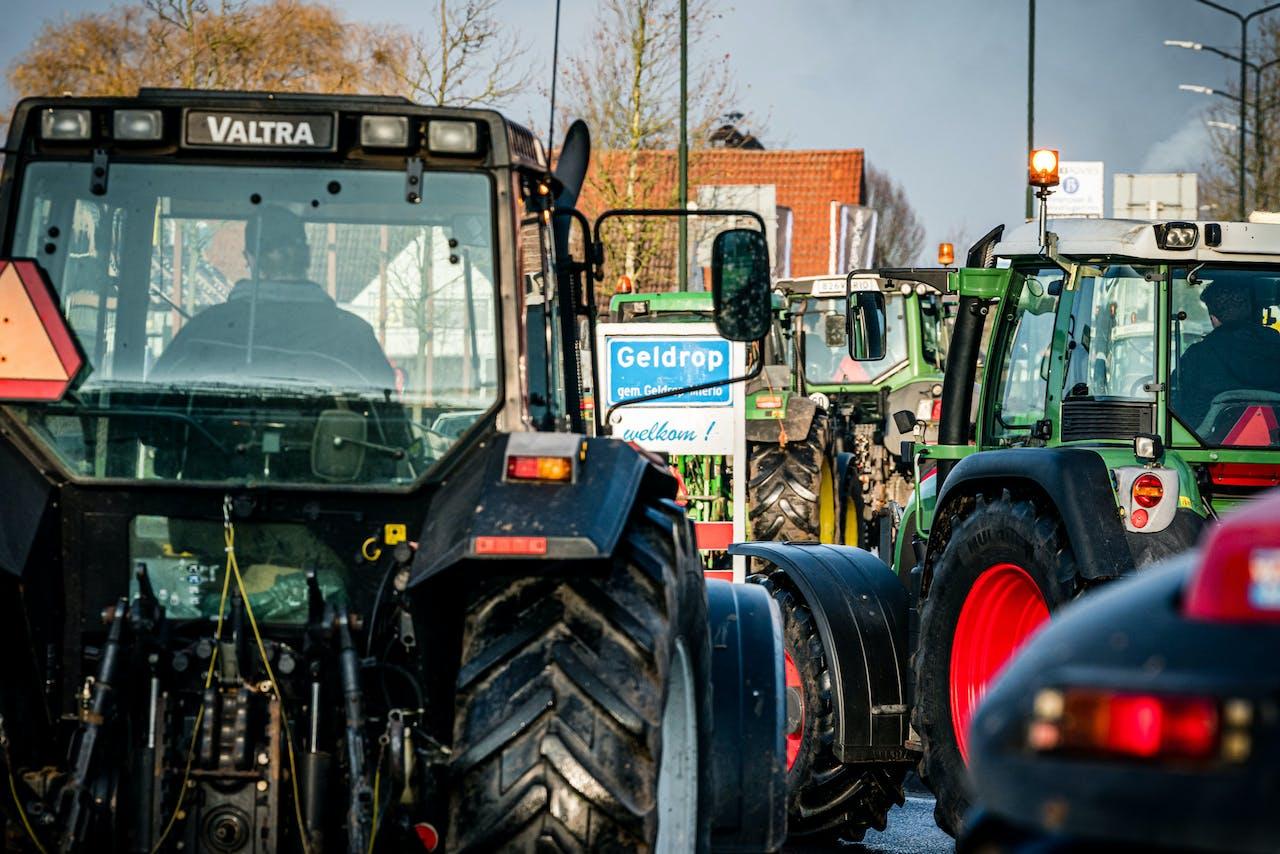 Boze boeren blokkeren de oprit A67 bij Geldrop. Vanuit het hele land trekken actievoerders over de snelwegen op naar onder meer Den Haag en het Mediapark.