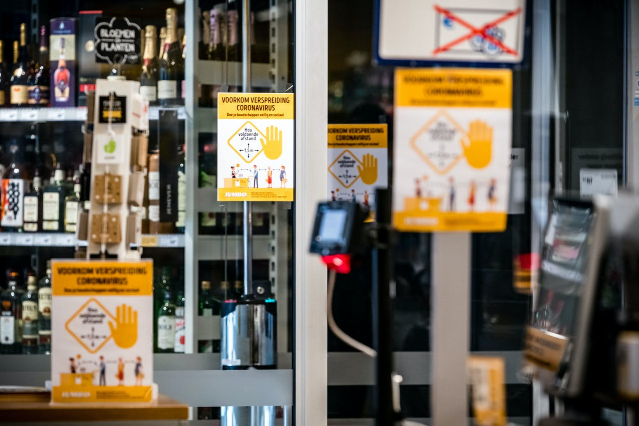 Posters met maatregelen tegen het coronavirus in een Jumbo supermarkt.