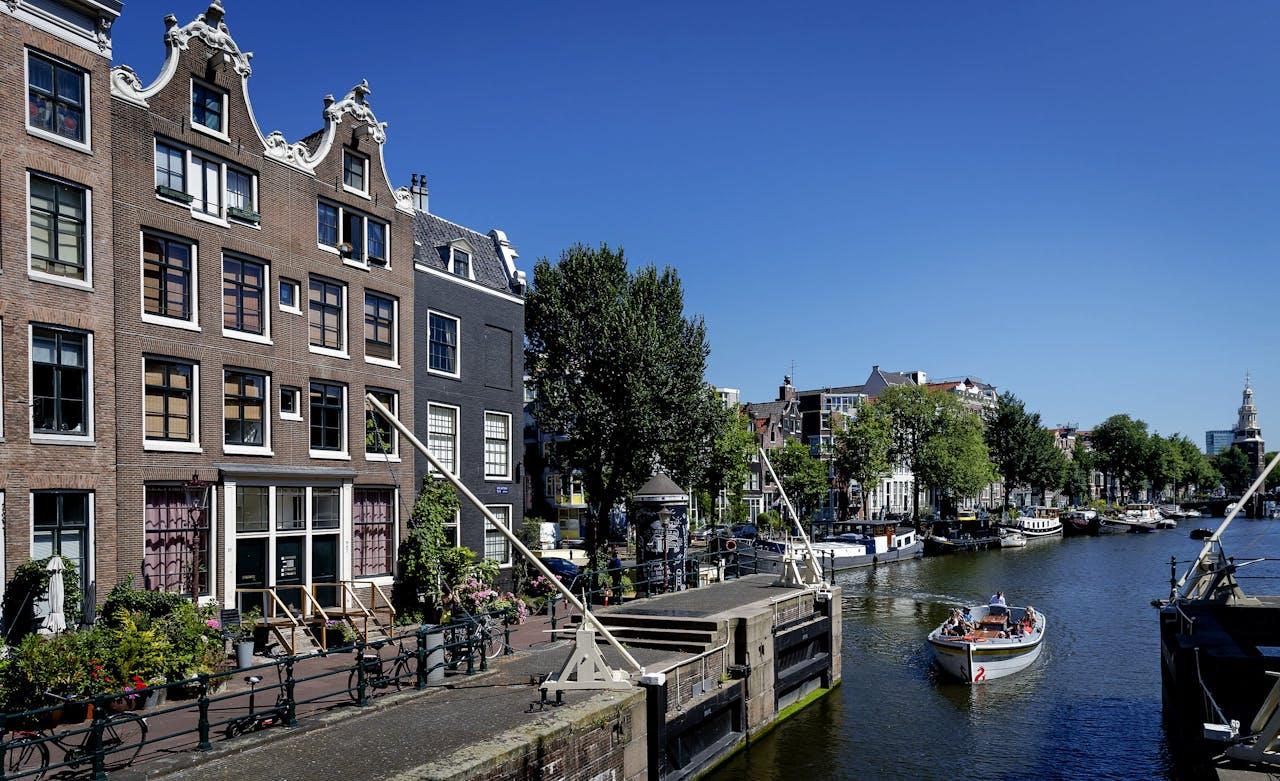 Stadsaanzicht van grachtenpanden in het centrum van Amsterdam.
