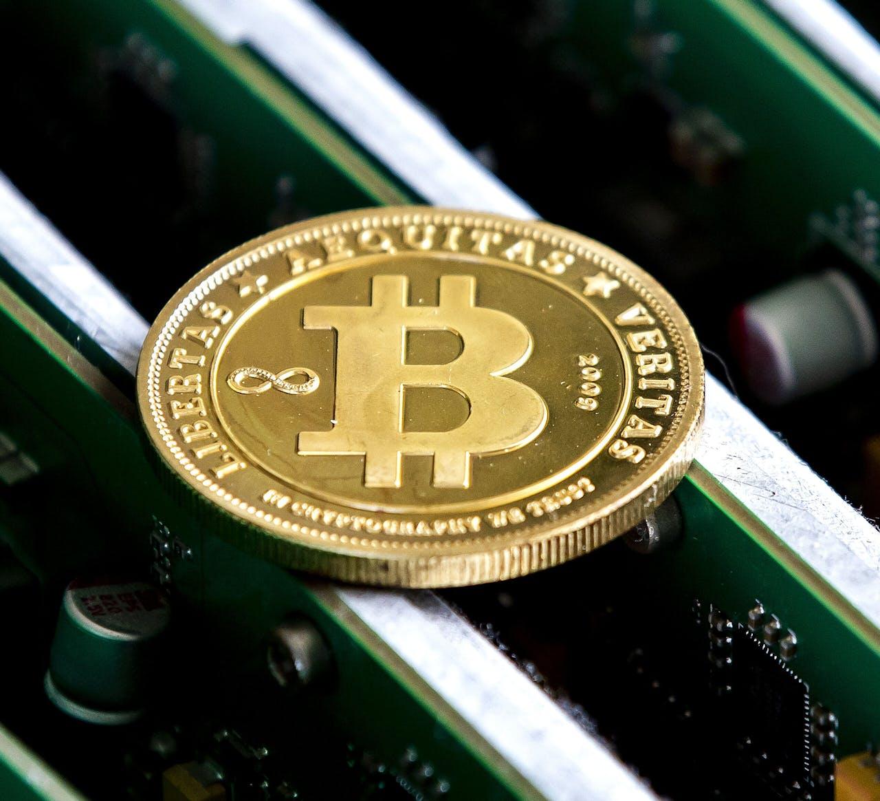 Een munt met daarop het bitcoinlogo