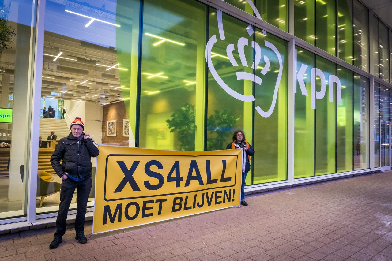 Voor de ingang van het hoofdkantoor van KPN wordt gedemonstreerd door actievoerders van XS4ALL moet blijven. Eigenaar KPN maakte in januari bekend dat merknaam XS4ALL verdwijnt.