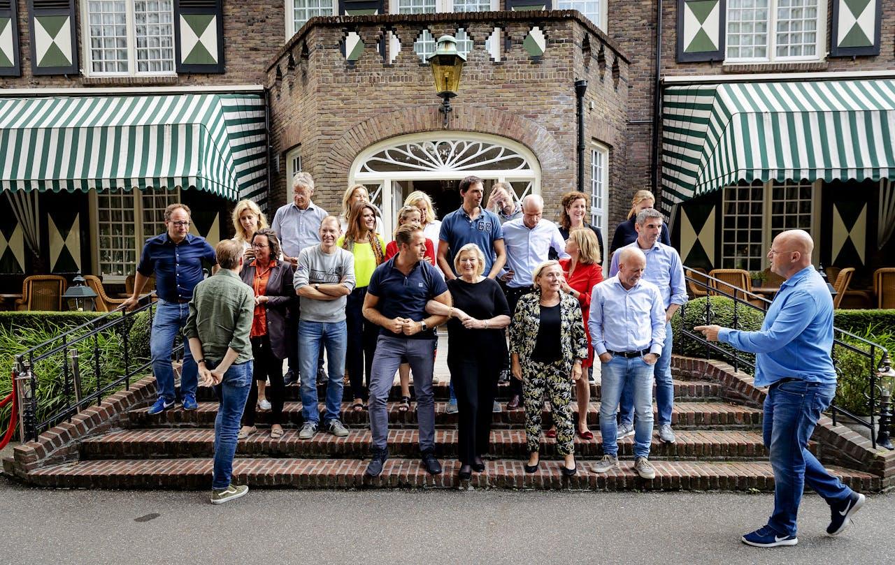 Groepsfoto tijdens de jaarlijkse heidag van het kabinet bij hotel Bos en Ven.